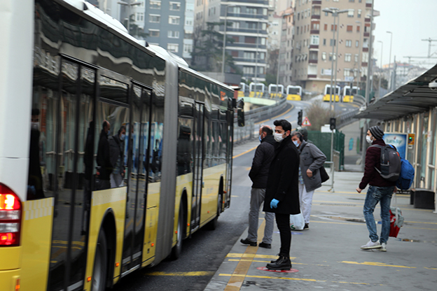 İETT HASTANELERE ARAÇ TAHSİS ETTİ, 4.767 SEFER DÜZENLEDİ..